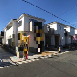 全6棟の大型分譲地。北東・北西の角地に位置する2号棟。リビング吹抜けで開放感があります!コンビニ徒歩1分。安心の30年長期サポート住宅。建物完成済みにつき即入居できます。(外観)