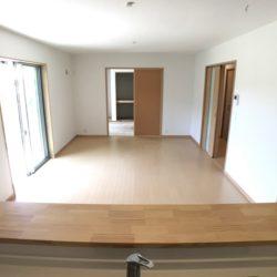 大きなシューズインクローゼットが特徴的な新築住宅。新河岸駅徒歩14分と徒歩圏内で買い物も便利。2階洋室11帖を仕切れば5LDKに変更可能。全室南向きで広ーいお庭も付いています。(居間)